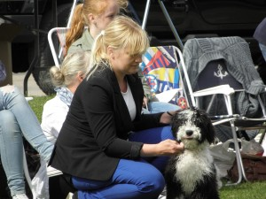 Anneli Karlsson från la-Sirinitas kennel i Smedjebacken med en av sina fina hundar.